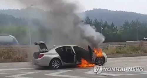 BMW 730Ld 불 (사천=연합뉴스) 9일 오전 7시 50분께 경남 사천시 남해고속도로에서 A(44)씨가 몰던 BMW 730Ld에서 불이 났다. 불은 차체 전부를 태우고 수 분 만에 꺼졌다.  [경남소방본부 제공]    ksk@yna.co.kr
