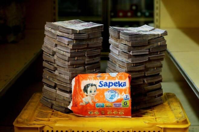일회용 기저귀 한 통이 800만 볼리바르다.