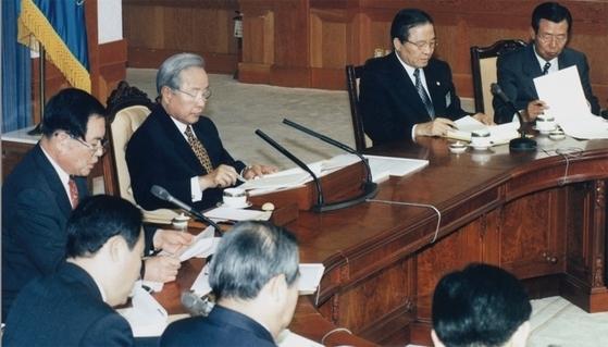1997년 7월 3일 김영삼 대통령이 청와대에서 강경식 부총리(右) 등이 배석한 가운데 박성용 금융개혁위원장(左)으로부터 금개위가 마련한 금융개혁 방안을 보고받고 있다. [중앙포토]