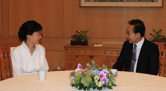 2012년 9월 2일 청와대를 방문한 박근혜 새누리당 대통령 후보와 이명박 대통령이 환담하고 있다. 박 후보와 이 대통령은 오찬을 하며 국정 등에 대해 이야기를 나눴다. [사진공동취재단]