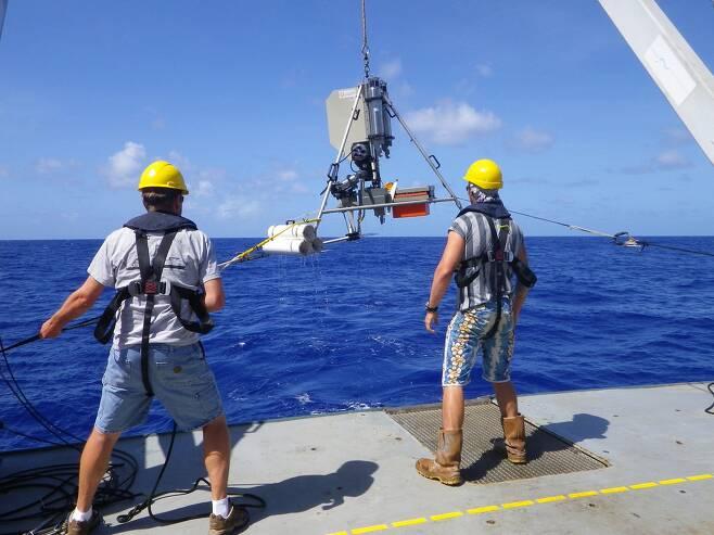 심해 착륙선을 내리는 연구자들. 토마스 린레이 제공.