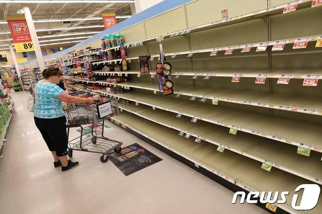 주민들이 식료품을 모조리 사가서 매대가 텅텅 빈 사우스캐롤라이나의 한 상점. © AFP=뉴스1