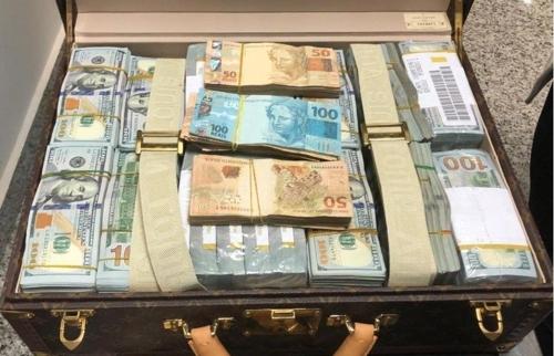테오도로 은게마 오비앙 망게 적도기니 부통령 일행으로부터 압수한 현금 [브라질 뉴스포털 UOL]