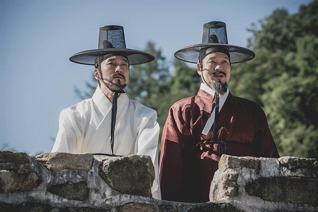 조승우는 유재명과 연속으로 세 작품을 함께 했다. 두 사람은 지난해 tvN 드라마 '비밀의 숲'과 JTBC 드라마 '라이프'에 이어 영화 '명당'(사진)에서 완벽한 호흡을 자랑했다. 메가박스중앙(주)플러스엠 제공