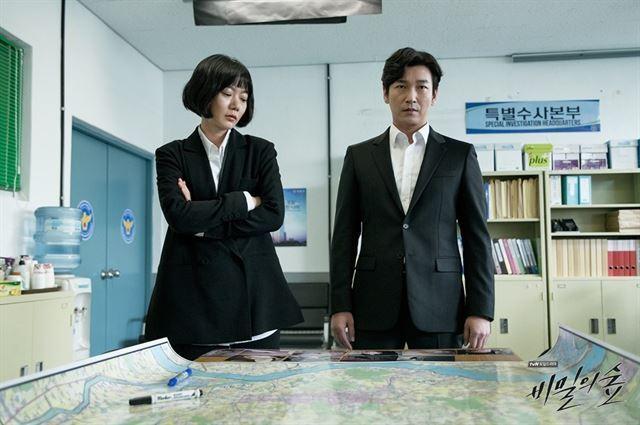 조승우(오른쪽)와 배두나는 tvN 드라마 '비밀의 숲'에서 감정을 못 느끼는 검사 황시묵과 따뜻한 심성의 경찰 한여진을 각각 연기했다. CJ ENM 제공