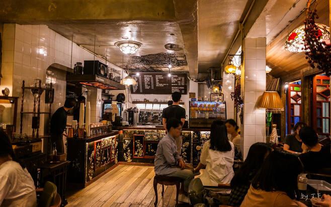 을지로 3가에 자리한 커피를 파는 한약방이라는 독특한 콘셉트의 한 카페. Flickr_TFurban