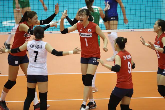 ▲ 2018년 여자 배구 세계선수권대회 아제르바이잔과 경기에서 득점을 올린 뒤 환호하는 한국 여자 배구 대표 팀 ⓒ FIVB 제공