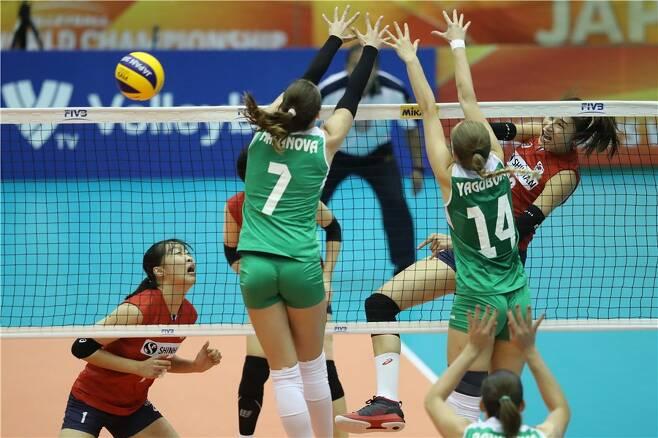 ▲ 2018년 여자 배구 세계선수권대회 아제르바이잔과 경기에서 스파이크하는 김연경 ⓒ FIVB 제공