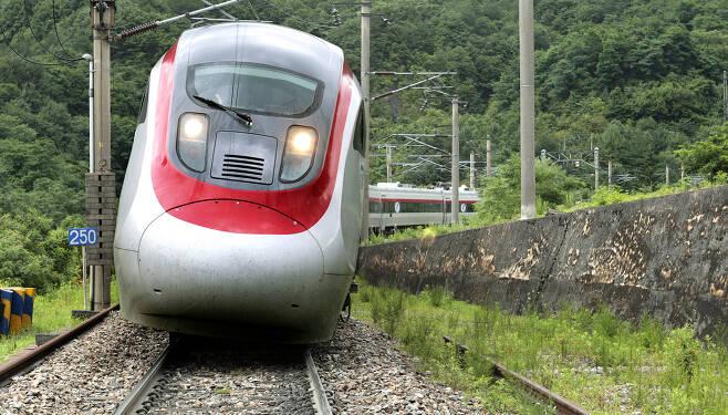 틸팅열차는 곡선 레일의 안쪽으로 8도 가량 기울어진 채 빠른 속도로 달릴 수 있다. [중앙포토]