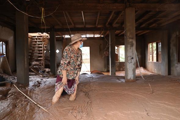 라오스댐 붕괴 8일 째인 지난 7월 30일(현지시각) 오후 최대 피해 마을 가운데 하나인 아타푸주 마이 마을에서 한 주민이 대피뒤 처음으로 집으로 돌아와 진흙 뻘로 가득찬 집안을 둘러보고 있다. 아타푸/ 김봉규 선임기자 bong9@hani.co.kr