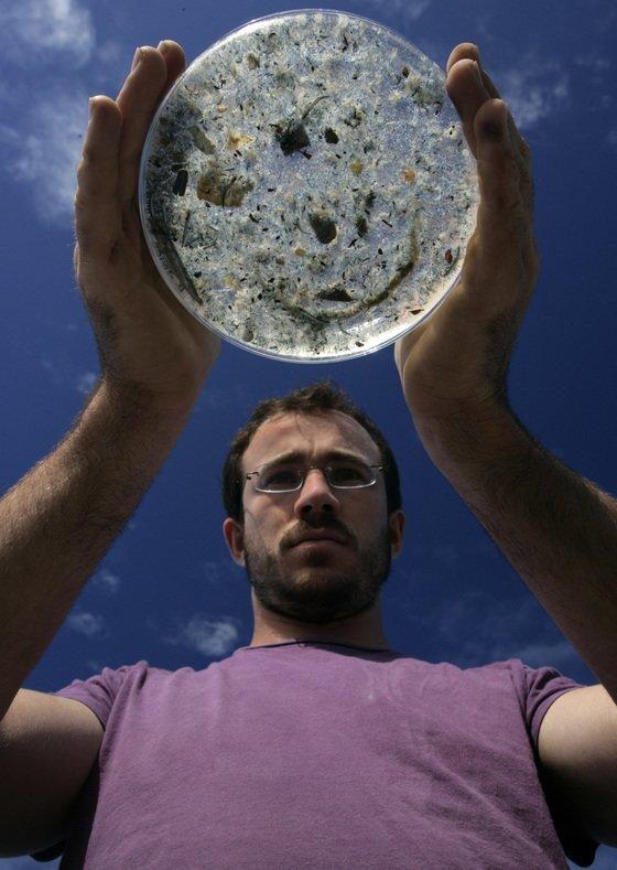 해양을 오염시키는 미세플라스틱. 그린피스 활동가가 모아들인 미세플라스틱을 들어보이고 있다. [사진 그린피스]