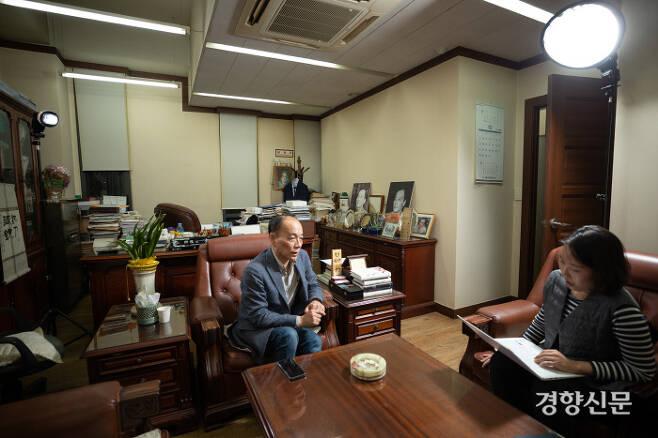 10월 16일 서울 서초구에 위치한 전원책 변호사 사무실에서 전 변호사를 만났다. / 우철훈 선임기자