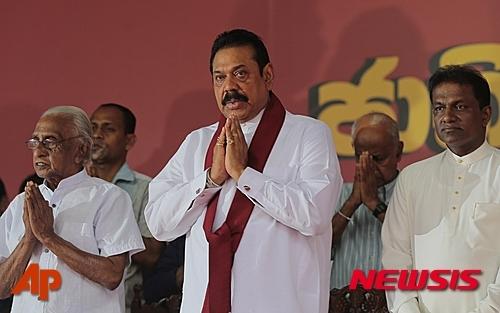 【콜롬보=AP/뉴시스】스리랑카의 마힌다 라자팍사 전 대통령이 2015년8월3일 출마한 총선 유세를 하고 있다. 2015. 8. 3.
