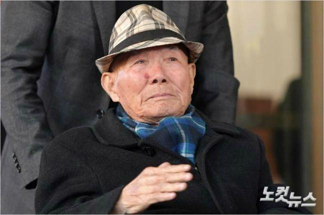 대법원이 1940년대 일제에 강제징용 피해를 당한 4명에 대해 일본 기업이 배상할 책임이 있다는 판결을 내린 30일 피해자 이춘식(98)씨가 손을 들어 기뻐하며 서울 대법원을 나서고 있다. 이번 판결은 피해자들이 소송을 제기한 지 13년 8개월 만이자 재상고심이 시작된 지 5년 2개월만의 판결이다. (사진=박종민 기자)