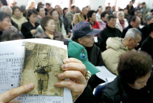2005년 2월 1일 한 유가족이 들고 있던 일본군으로 징병됐다가 전사한 피해자 사진. [중앙포토]