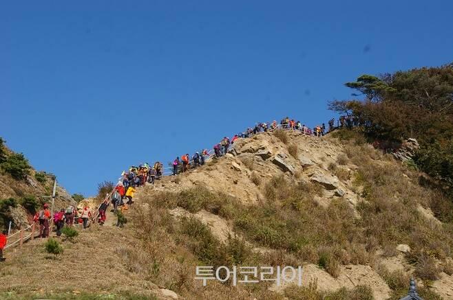 ▲ 삼각산을 오르는 관광객들