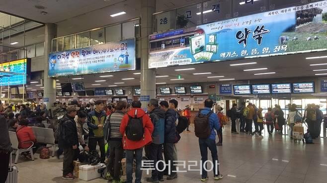 ▲ 소청.대청도,백령도 여행객들로 분주한 인천항여객터미널