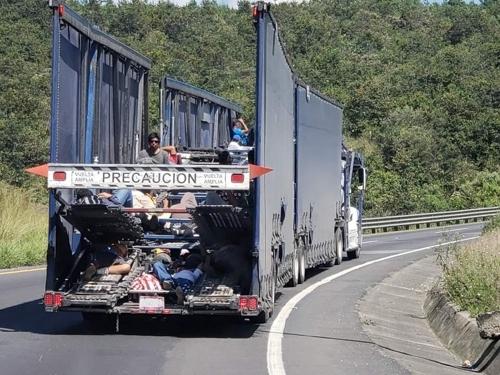 트레일러를 타고 멕시코시티로 향하는 캐러밴[푸에블라=연합뉴스]