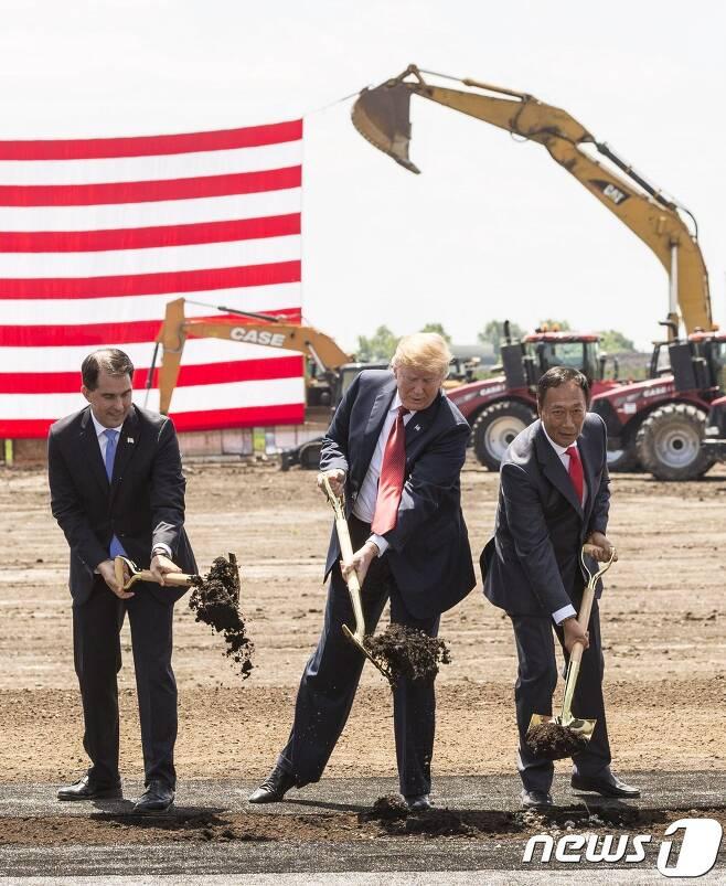 도널드 트럼프 미국 대통령이 지난 6월 28일 위스콘신 주에서 열린 대만 폭스콘의 디스플레이 공장 착공식에 참석, 첫 삽을 뜨고 있다.  © AFP=뉴스1 © News1