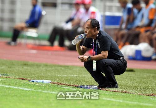 김학범 감독이 지난 9월1일 인도네시아 보고르 파칸사리 스타디움에서 열린 아시안게임 남자축구 결승 일본과 대결 도중 물을 마시고 있다. 보고르 | 최승섭기자 thunder@sportsseoul.com