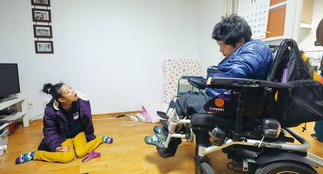 11월7일 오전 11시 도봉구 창동 주공 2단지 한 아파트에서 중증장애인 최영은(사진 왼쪽)씨와 이상우씨가 집을 나서기에 앞서 서로 마주 보며 눈빛을 교환하고 있다.