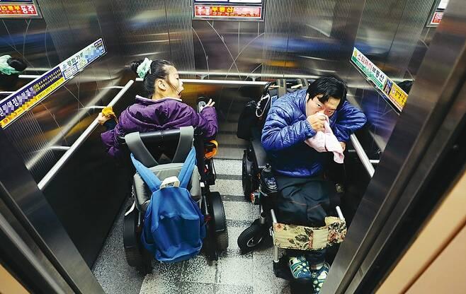 최영은 이상우씨 커플이 지하철 4호선 창동역에서 승강장으로 가기 위해 엘리베이터를 타고 있다.