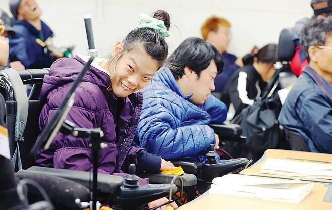 최영은 이상우씨 커플이 11월7일 낮 1시 종로구 동숭동에 있는 나야 장애인권교육센터에서 마련한 '직장내 장애인 인식 개선 강사 양성 중증장애인 맞춤 과정'을 듣고 있다.
