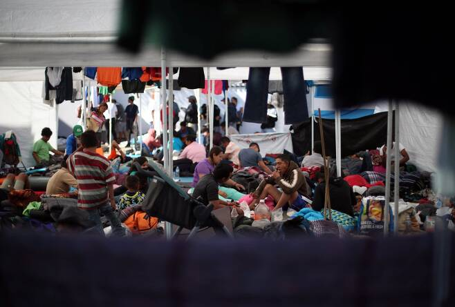 캐러밴 이민자들이 18일(현지시간) 멕시코 티후아나 시 임시 보호소에서 생활하고 있다. [로이터=연합뉴스]