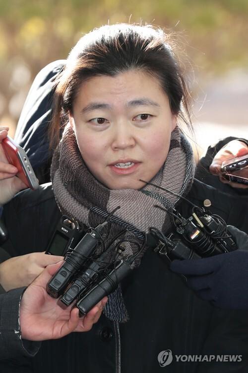 임은정 부장검사 고발인 출석 (서울=연합뉴스) 임은정 청주지검 충주지청 부장검사가 검찰 내에서 발생한 성폭력 사건을 제대로 감찰하지 않았다며 옛 검찰 고위 간부들을 고발한 사건과 관련해 22일 고발인 자격으로 검찰에 출석했다. 사진은 지난 2월 6일 서울 동부지검에 참고인 진술을 위해 출두한 임 부장검사 모습.  [연합뉴스 자료사진]       photo@yna.co.kr  (끝)