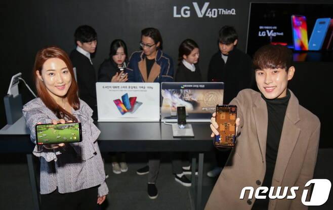 지스타에서 넥슨 부스를 방문한 관람객들이 LG V40 ThinQ로 게임을 즐기고 있다 (LG전자 제공) © News1