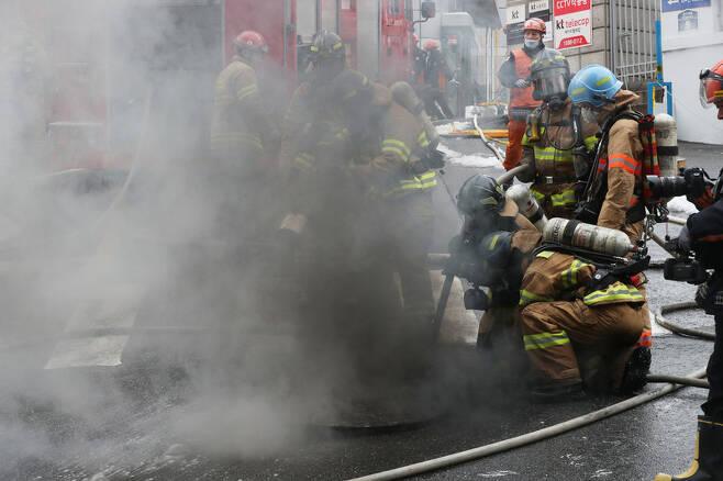 지난 24일 낮 서울 서대문구 충정로3가에 있는 케이티(KT) 아현전화국 통신구에서 화재가 발생해 소방관들이 진화작업을 하고 있다. 백소아 기자 thanks@hani.co.kr