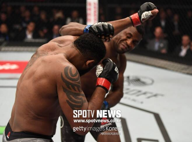 ▲ 프란시스 은가누는 강력한 오른손 펀치로 커티스 블레이즈를 45초 만에 TKO로 이겼다.