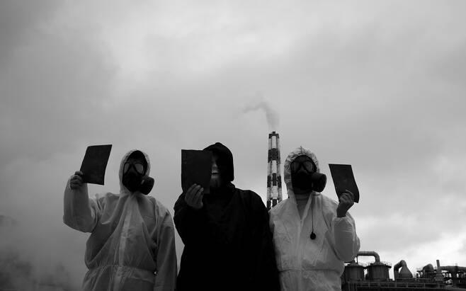 서울환경운동연합 회원들이 11월25일 영풍제련소를 방문해, '영풍제련소 아웃(out)'이라는 퍼포먼스를 펼쳤다.