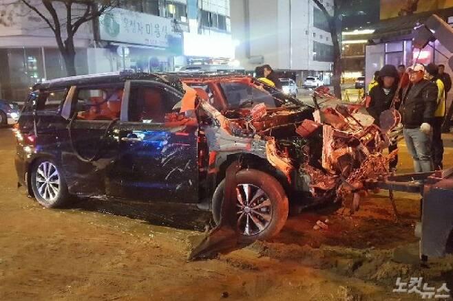 고양시 백석역 인근 도로에 매설된 지역난방공사 온수관이 파열된 가운데 사고 현장에서 고립된 카니발 차량에서 송모(67)씨가 숨진채 발견됐다. (사진=고태현 기자)