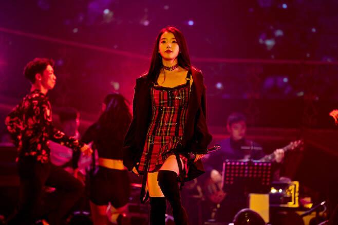 아이유의 '데뷔 10주년 투어콘서트-이 지금'의 한 장면(사진=카카오M).