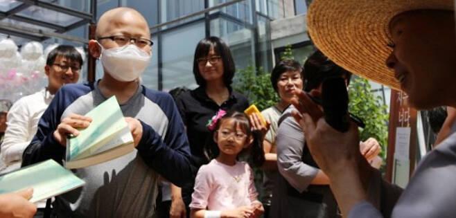 김지명(왼쪽에서 둘째)군은 한참 항암치료 중이던 2013년 5월 서울 성북구 정각사에서 난치병 환아 지원금 300만원을 받았다. 김군은 3년 뒤 성적 장학금을 받아 이 사찰에 다시 기부했다. /김지명군 제공