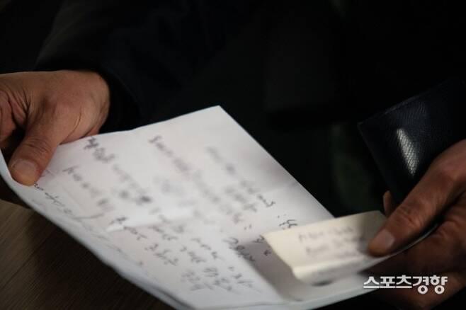 조여정의 부친 조모씨에게 총 3억원을 10년 넘도록 변제 받지 못했다고 주장하는 ㄱ씨가 6일 서울 마포구의 한 아파트단지 경비원실에서 스포츠경향과 만나 조모씨 채무에 관련된 차용증을 보여주고 있다. 이선명 기자 57km@kyunghyang.com