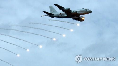 해상자위대 P-1초계기 일본 해상자위대의 P-1 초계기가 2015년 해상자위대 관함식 사전 행사에서 적의 공격을 방해하는 'IR 플레어'를 쏘는 모습. [연합뉴스 자료사진]