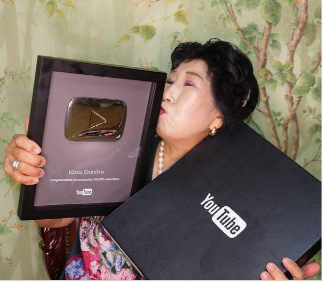 박막례 할머니가 2017년 9월 유튜브 본사에서 구독자수 10만명 이상인 유튜브 크리에이터에게 증정하는 실버버튼을 받고 기뻐하고 있다. 박막례 인스타그램