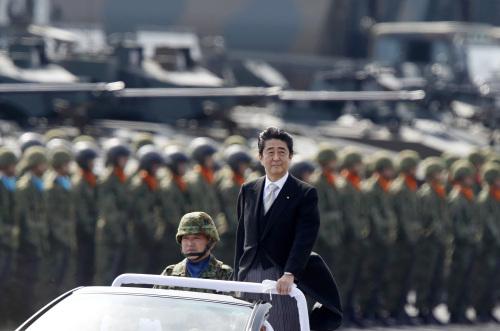 아베 신조 일본 총리가 일본 육상자위대를 사열하고 있다. 게티이미지