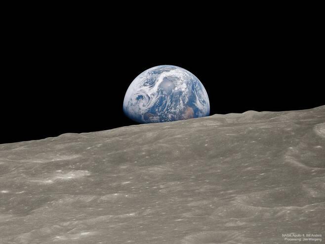 50년 전 크리스마스 이브, 아폴로 8호 승무원들이 달 궤도에서 본 '지구돋이' 광경. '블루 마블'이라는 이름을 얻은 이 사진은 우주탐험사상 가장 유명한 사진이 되었다. (출처=NASA, Apollo 8 Crew, Bill Anders; Processing and License: Jim Weigang)