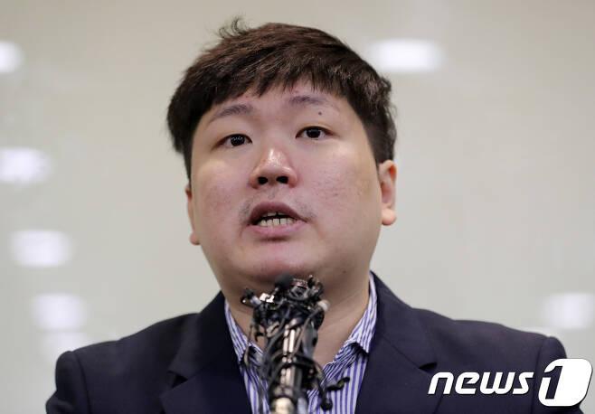 신재민 전 기획재정부 사무관이 2일 오후 서울 강남구 역삼동의 한 빌딩에서 입장을 밝히고 있다. 신 전 사무관은 최근 자신의 유튜브를 통해 KT&G 사장 교체에 청와대가 개입했다는 문건을 입수했고 이를 언론사에 제보했다고 밝혔다. 또 청와대가 기재부에 4조원 규모의 적자국채를 추가 발행하라고 강압적으로 지시했다고 폭로했다. 2019.1.2/뉴스1 © News1 이재명 기자