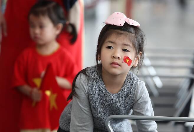 4일 오전(현지시간) 아랍에미리트 아부다비 국제공항에서 박항서 베트남 축구대표팀 감독과 선수들을 기다리는 베트남 어린이.[연합뉴스]