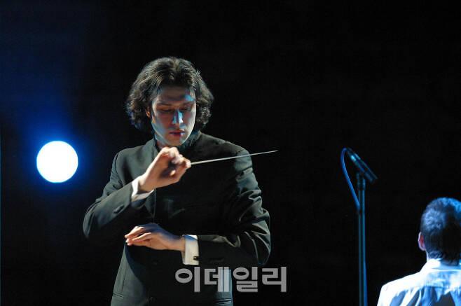 런던 필하모닉 오케스트라를 이끄는 블라디미르 유롭스키(사진=빈체로)