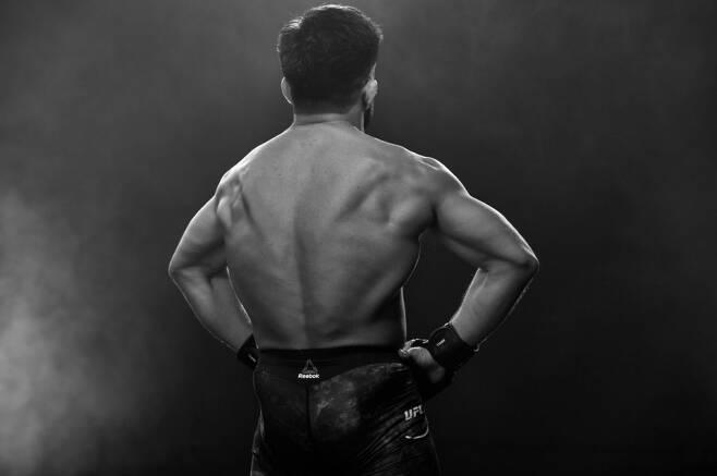 ▲ UFC 플라이급 챔피언 헨리 세후도의 넓은 등짝. 오는 20일 UFC 파이트 나이트 143 메인이벤트에서 TJ 딜라쇼를 맞아 타이틀 1차 방어전을 갖는다.