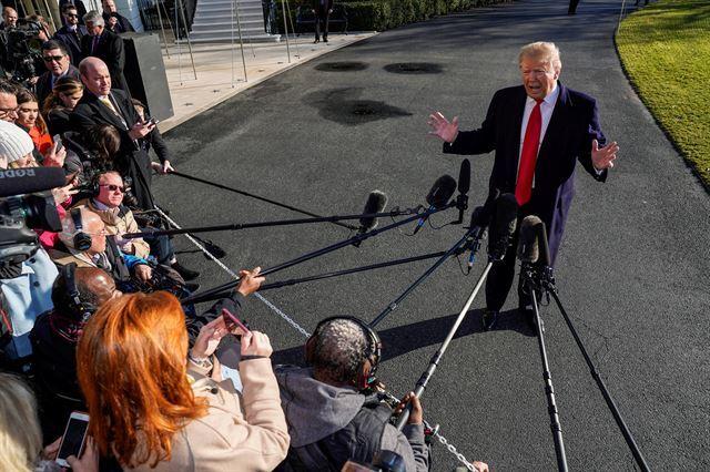"""도널드 트럼프 미국 대통령이 6일(현지시간) 대통령 별장인 캠프데이비드로 출발하기 전 백악관 남쪽 뜰에서 기자들을 만나 말하고 있다. 트럼프 대통령은 """"미국과 북한은 2차 북미정상회담 개최 장소를 협상하고 있으며 아마 아주 머지않아 발표될 것""""이라고 말했다. 워싱턴=로이터 연합뉴스"""