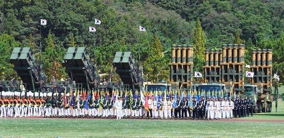 제69주년 국군의 날 기념식은 평택 해군 2함대사령부에서 문재인 대통령이 참석한 가운데 열렸다. 이날 행사에는 북한 핵·미사일 위협을 억제할 수 있는 전략무기가 대거 공개됐다. 군 장병들이 한국형미사일방어(KAMD) 체계의 핵심 무기인 패트리엇(PAC-2) 요격미사일(왼쪽)과 중거리 지대공미사일(M-SAM·천궁) 앞에 도열해 있다. [청와대사진기자단]