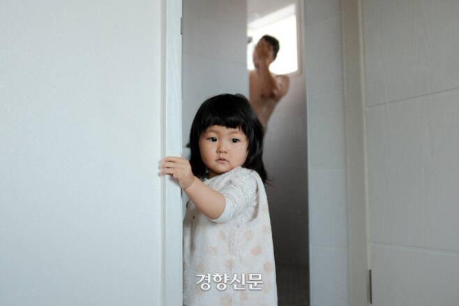아빠 껌딱지인 이현이는 아빠의 모든것에 함께하고 싶은 듯 하다.