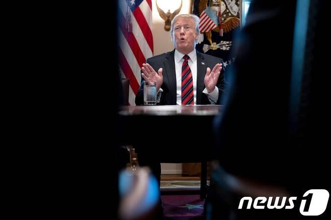 도널드 트럼프 미국 대통령이 지난 11일(현지시간) 백악관에서 국경안보 관련 회의를 주재하고 있다. © AFP=뉴스1