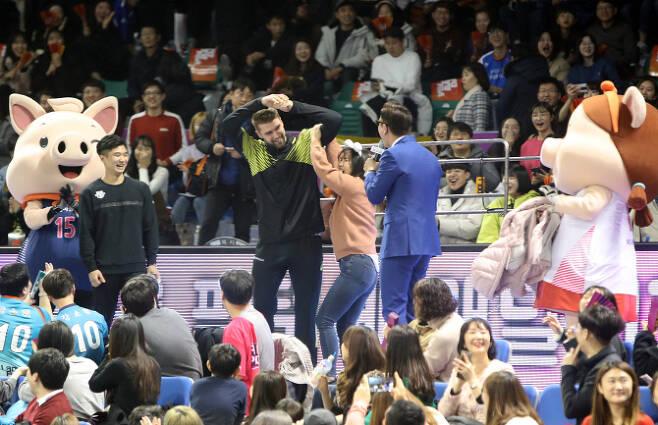20일 대전  충무체육관에서 열린 2019 프로배구 올스타전. 경기에 앞서 현대캐피탈 파다르 선수가 팬을 만나 즐거운 시간을 보내고 있다. (사진=연합뉴스)